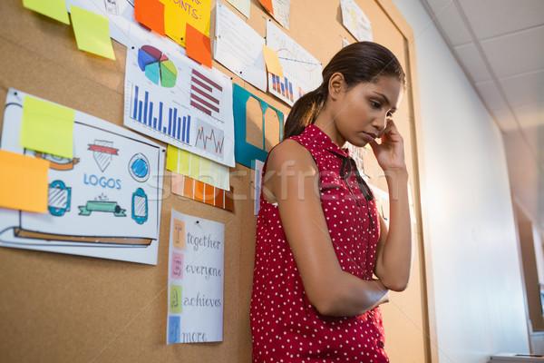 Deprimido feminino executivo em pé boletim conselho Foto stock © wavebreak_media