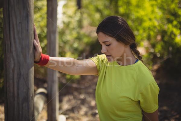 Gyönyörű nő előad testmozgás akadályfutás csizma tábor Stock fotó © wavebreak_media