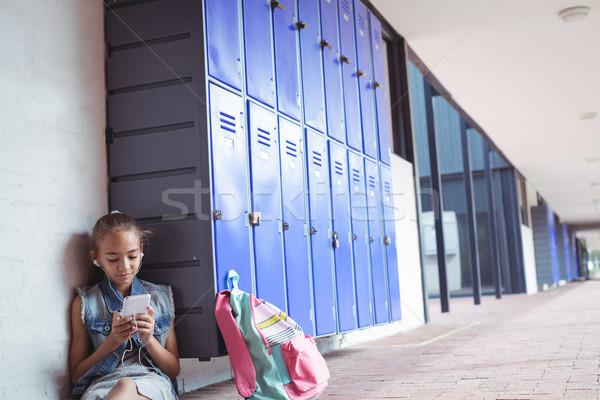 Temel öğrenci dinleme müzik kulaklık cep telefonu Stok fotoğraf © wavebreak_media