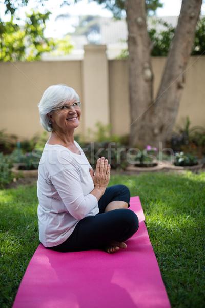 Zijaanzicht glimlachend senior vrouw mediteren gebed Stockfoto © wavebreak_media