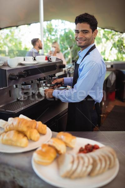 Mosolyog pincér készít csésze kávé eszpresszó Stock fotó © wavebreak_media