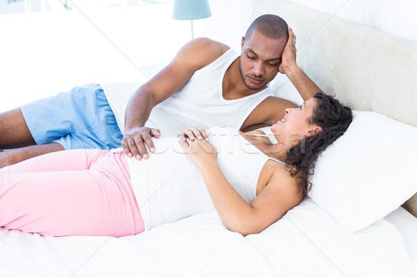 Foto stock: Feliz · grávida · esposa · relaxante · marido · cama