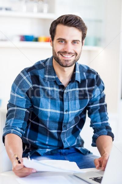 Młody człowiek ustawy online laptop portret Zdjęcia stock © wavebreak_media