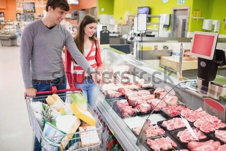 Człowiek patrząc towary spożywczy sekcja zakupy Zdjęcia stock © wavebreak_media