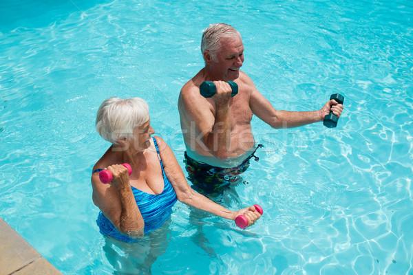 Casal de idosos halteres piscina feliz mulher Foto stock © wavebreak_media