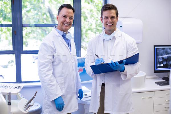 Portrait heureux dentistes permanent fichier ordinateur Photo stock © wavebreak_media