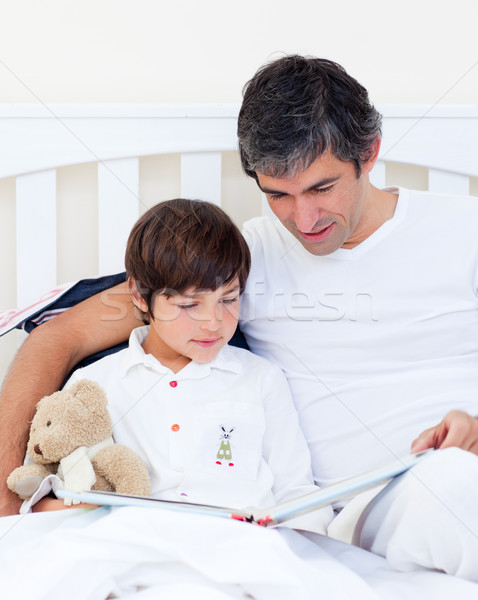 Gondoskodó apa olvas fiú ül ágy Stock fotó © wavebreak_media