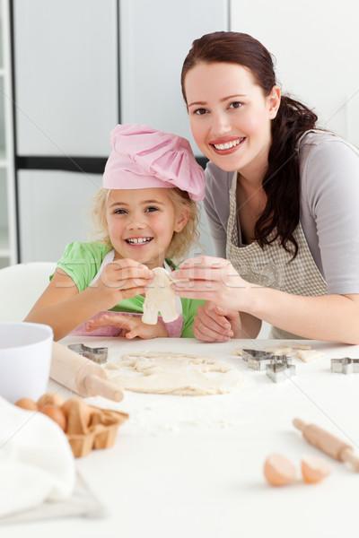 Ragazza felice madre cottura piccolo dolci cucina Foto d'archivio © wavebreak_media