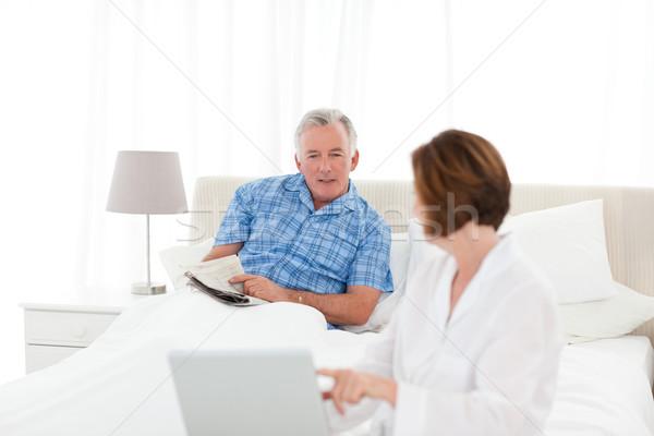 Idősek beszél ágy otthon nő ház Stock fotó © wavebreak_media