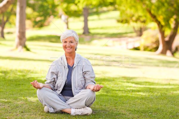 Donna matura yoga parco donna salute Foto d'archivio © wavebreak_media
