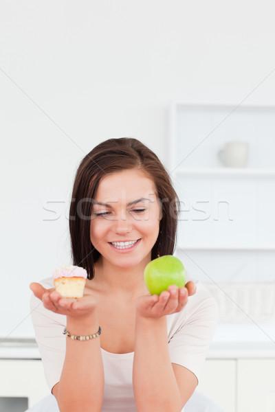 портрет очаровательный брюнетка яблоко кусок торт Сток-фото © wavebreak_media