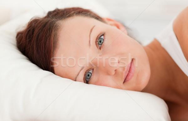 Bonne recherche femme regarder caméra chambre Photo stock © wavebreak_media