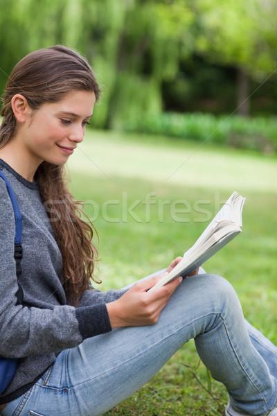 Jóvenes nina lectura libro sesión Foto stock © wavebreak_media