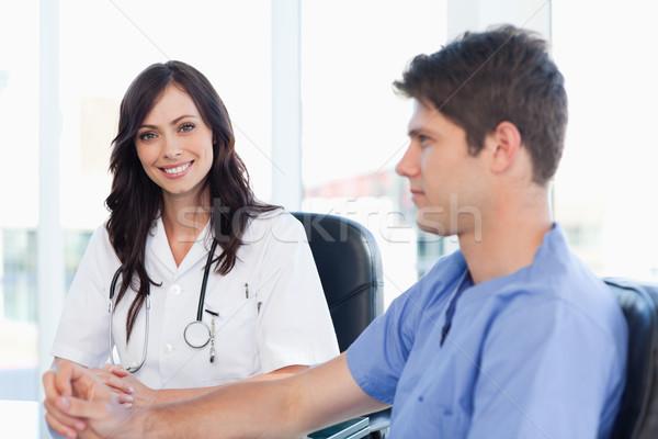 Photo stock: Jeunes · Homme · médecin · séance · bureau · regarder