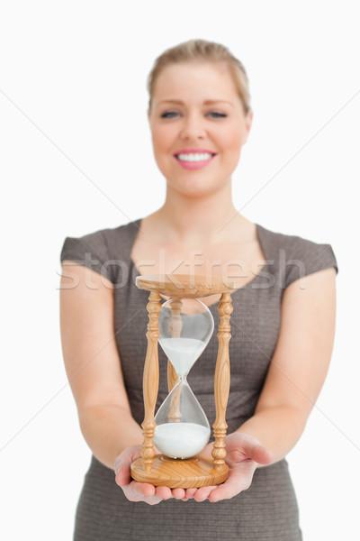 Uśmiechnięta kobieta klepsydry biały drewna garnitur Zdjęcia stock © wavebreak_media