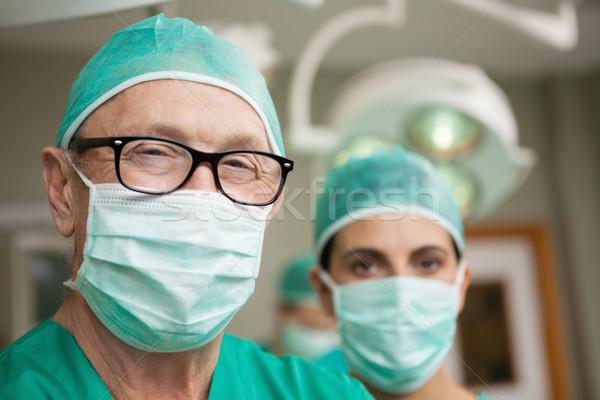 Glimlachend chirurg armen collega chirurgisch kamer Stockfoto © wavebreak_media