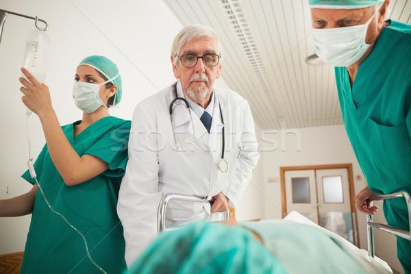 Foto d'archivio: Medico · chirurgo · guardando · paziente · ospedale · corridoio