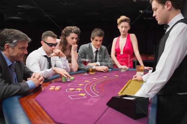 Pessoas sessão tabela jogar pôquer cassino Foto stock © wavebreak_media