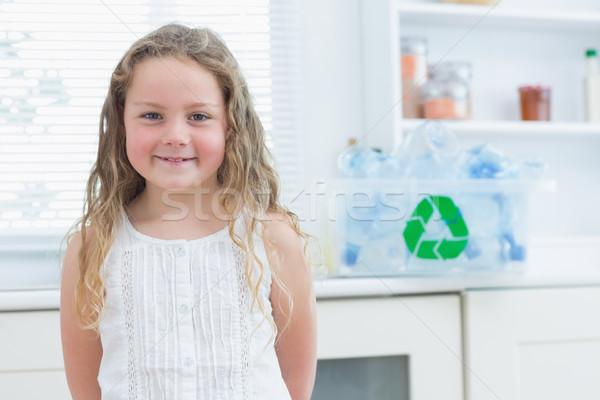 Сток-фото: улыбаясь · девушки · Постоянный · кухне · окна · бутылок