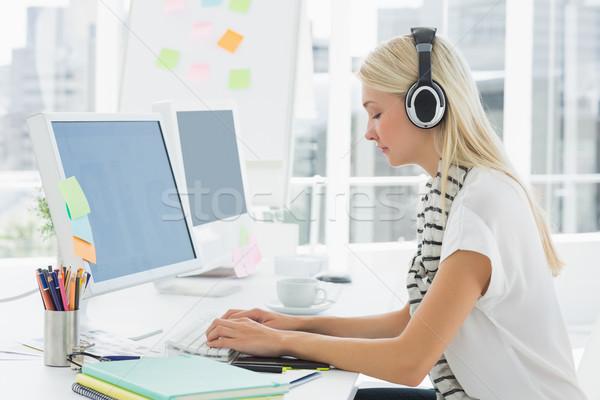 Gündelik kadın kulaklık ofis yandan görünüş Stok fotoğraf © wavebreak_media
