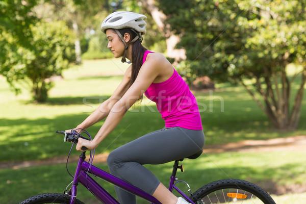 Geschikt vrouw helm paardrijden fiets park Stockfoto © wavebreak_media