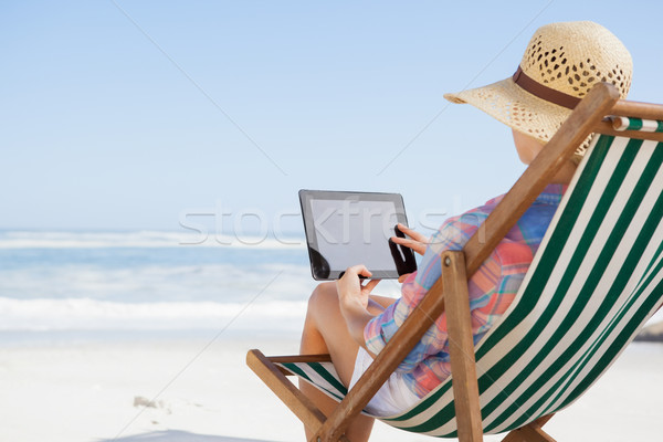 Frau Sitzung Strand Deck Stuhl Stock foto © wavebreak_media