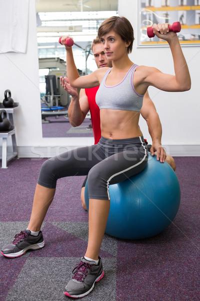 Klienta hantle wykonywania piłka Zdjęcia stock © wavebreak_media