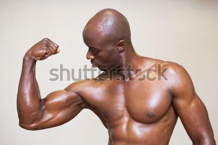 Muscular hombre sudar entrenamiento gimnasio sexy Foto stock © wavebreak_media