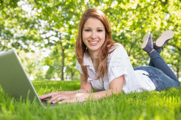 Glimlachend met behulp van laptop park computer Stockfoto © wavebreak_media