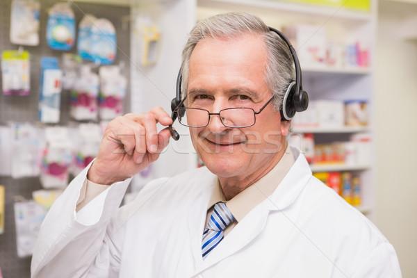 笑みを浮かべて シニア 薬剤師 ヘッドホン 薬局 男 ストックフォト © wavebreak_media