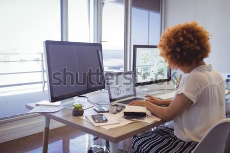 Fókuszált kollégák eredmény számítógép iroda fut Stock fotó © wavebreak_media