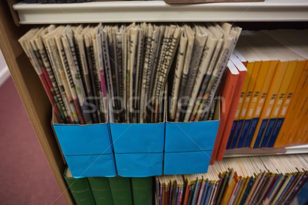 Jornal prateleira de livros biblioteca universidade escolas jornal Foto stock © wavebreak_media
