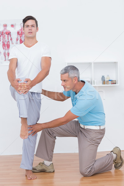 Arts onderzoeken patiënt benen medische kantoor Stockfoto © wavebreak_media