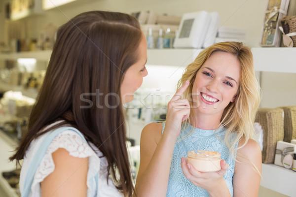 Feliz mulher loira cosmético produtos salão de beleza Foto stock © wavebreak_media