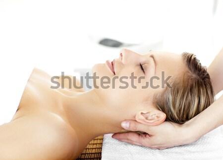 Mooie brunette massage tabel glimlachend camera Stockfoto © wavebreak_media