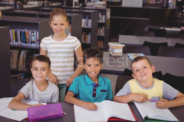 Porträt lächelnd Schulkinder Hausaufgaben Bibliothek Schule Stock foto © wavebreak_media