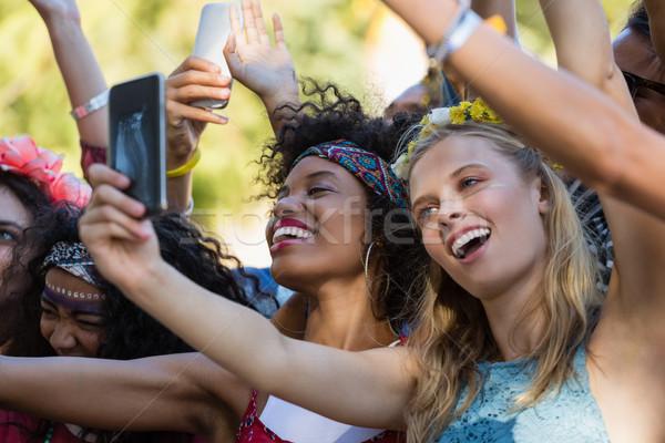 Vrouw mobiele telefoon dansen muziekfestival mooie vrouw Stockfoto © wavebreak_media