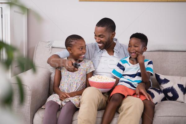 Père enfants popcorn séance canapé Photo stock © wavebreak_media