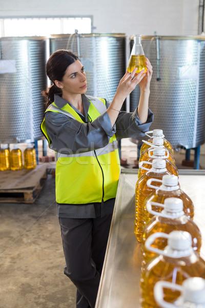 Vrouwelijke technicus onderzoeken olijfolie fabriek vrouw Stockfoto © wavebreak_media
