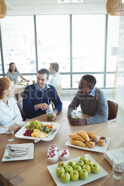 Glimlachend business collega's ontbijt kantoor cafetaria Stockfoto © wavebreak_media