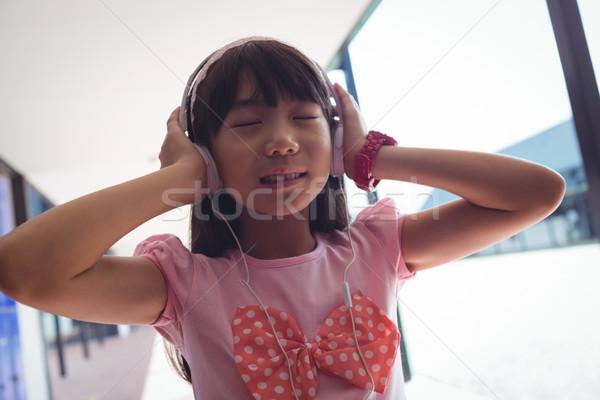 Lány csukott szemmel hallgat zene fejhallgató áll Stock fotó © wavebreak_media