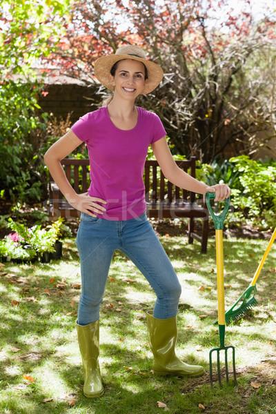 Retrato sonriendo mujer hermosa jardinería tenedor Foto stock © wavebreak_media