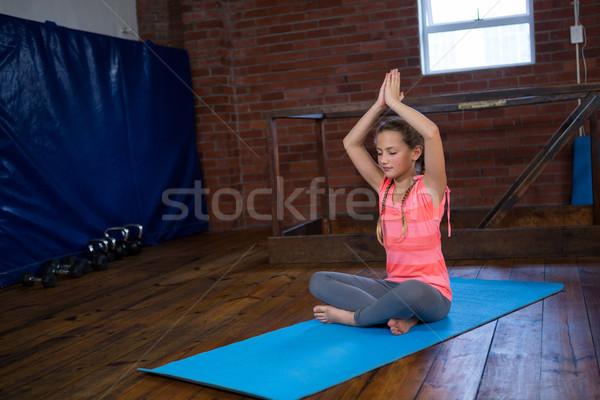 Tinilány gyakorol jóga fitnessz stúdió lány Stock fotó © wavebreak_media