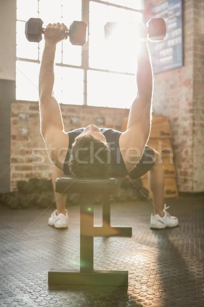Izmos férfi emel súlyzók pad tornaterem Stock fotó © wavebreak_media
