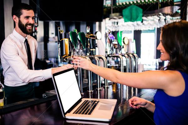 Barman drinken klant met behulp van laptop bar vrouw Stockfoto © wavebreak_media