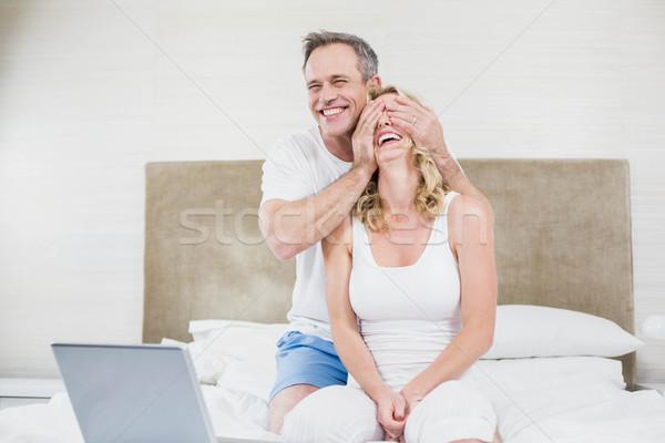 Marido sorpresa esposa cama mujer Foto stock © wavebreak_media