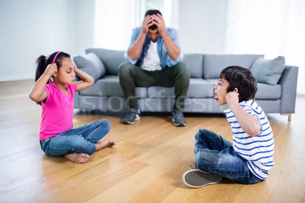 Geërgerd vader vergadering sofa kinderen vechten Stockfoto © wavebreak_media