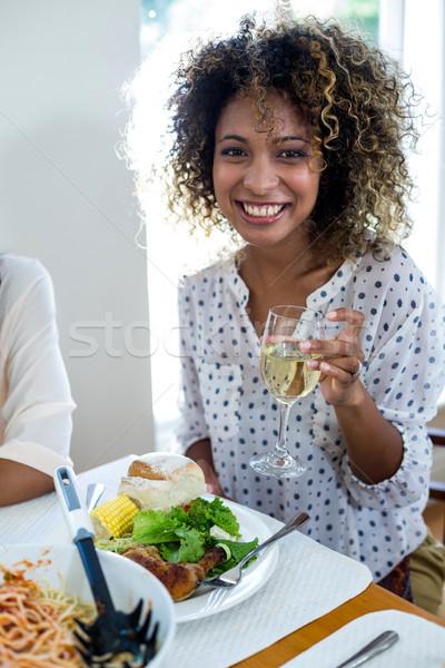 Portret vrouw tonen wijnglas home drinken Stockfoto © wavebreak_media