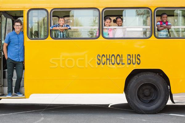 Foto stock: Retrato · professor · crianças · olhando · ônibus · sorridente