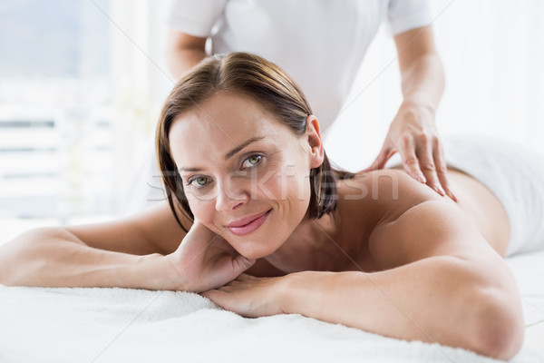 Portret vrouw Maakt een reservekopie massage masseur glimlachende vrouw Stockfoto © wavebreak_media